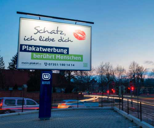Imposantes City Star Board mit Plakatwerbung